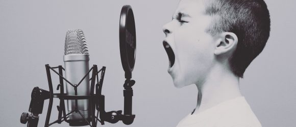 Chlapec zpívá