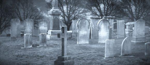 Za hřbitovní zídkou