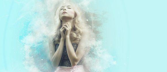Dívka se modlí